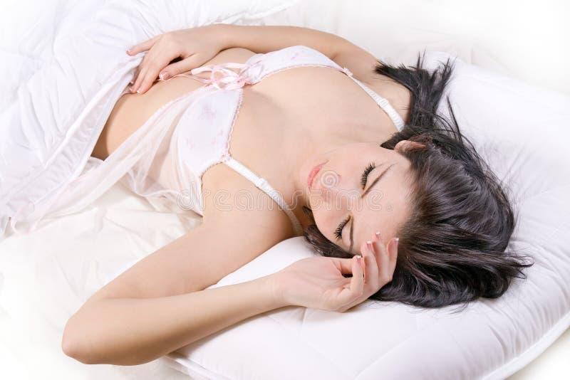 Sonno della ragazza in base immagine stock libera da diritti