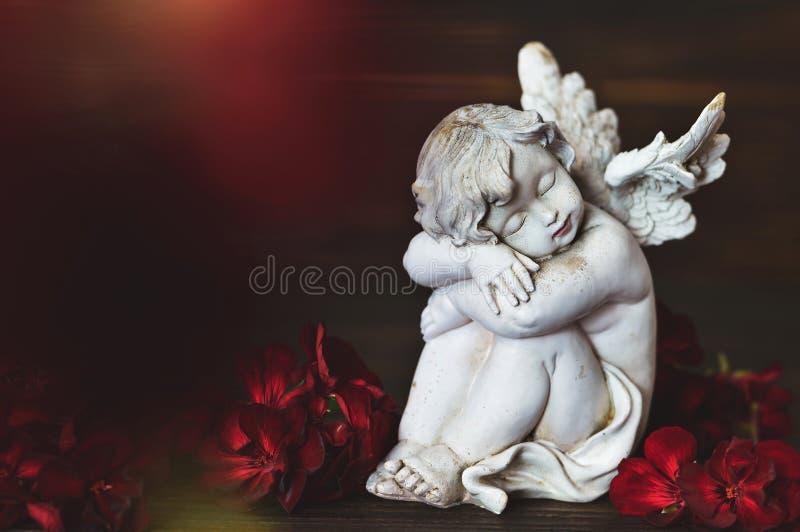 Sonno di angelo custode Angelo custode e fiori rossi fotografie stock
