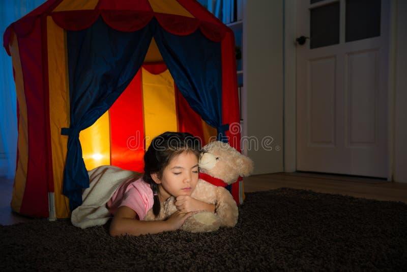 Sonno di menzogne del bambino dolce di bellezza in tenda dei bambini immagini stock