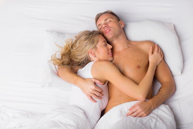 Sonno felice delle coppie immagini stock libere da diritti