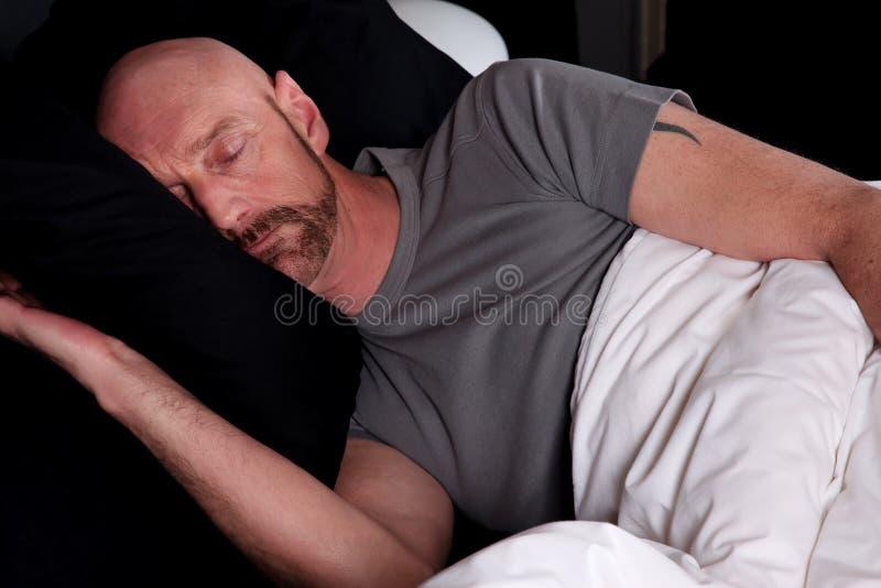 Sonno invecchiato centrale calvo dell'uomo immagini stock