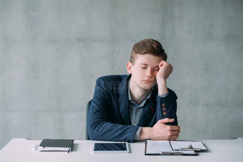 Sonno sistematico del tipo dell'ufficio alesato nessun compito lavorativo immagine stock libera da diritti