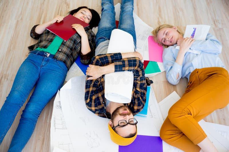 Sonno stanco degli impiegati fotografia stock