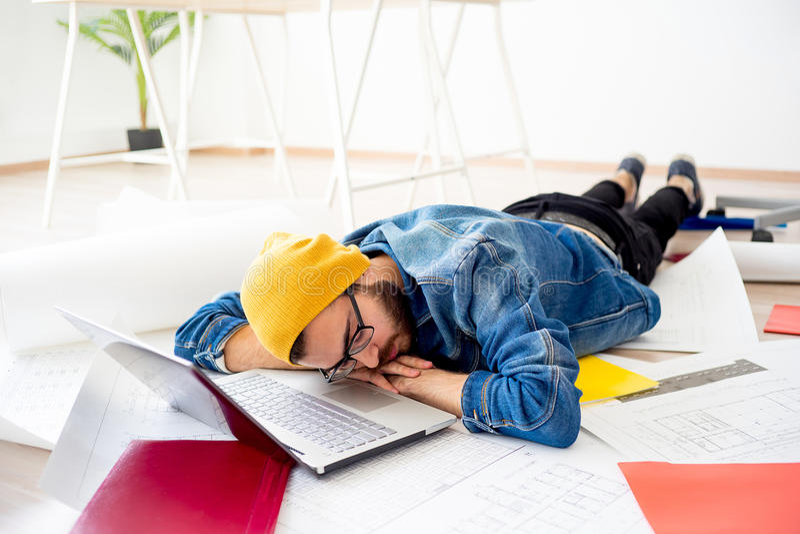 Sonno stanco del progettista immagine stock