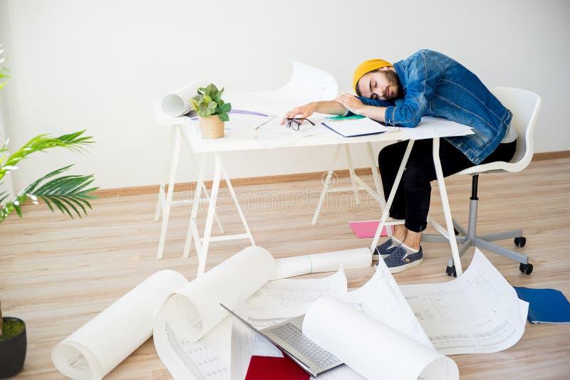 Sonno stanco del progettista fotografie stock libere da diritti