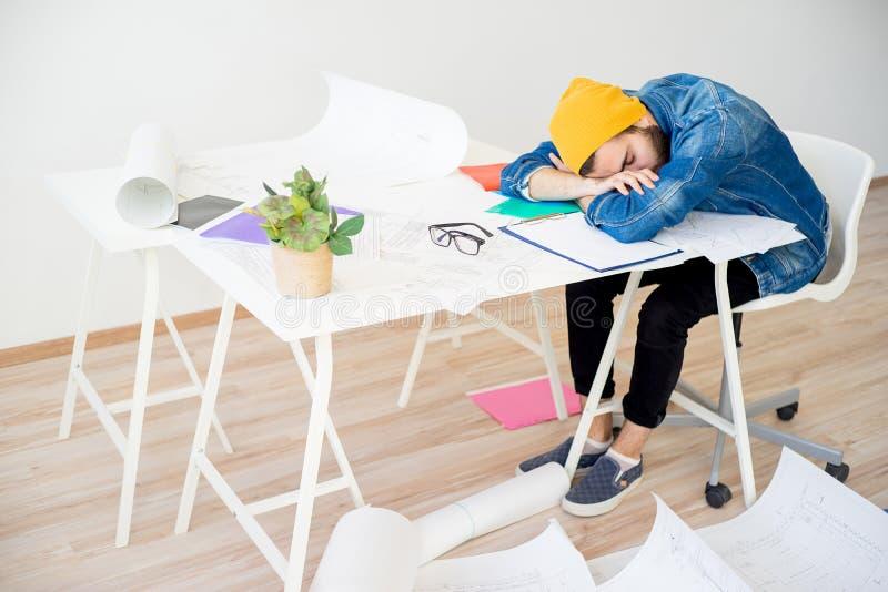 Sonno stanco del progettista fotografia stock