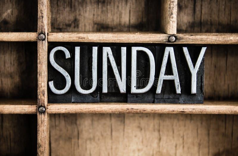Sonntags-Konzept-Metallbriefbeschwerer-Wort im Fach stockfoto