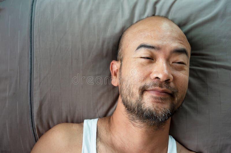 sono adulto japonês calvo do retrato da barba 40s no fundo cinzento do descanso foto de stock