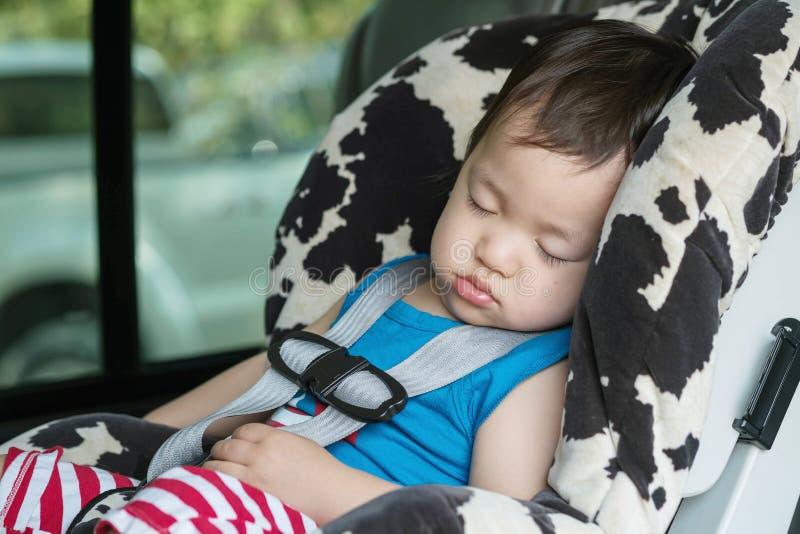 Sono asiático bonito da criança do close up no banco de carro na camionete imagem de stock