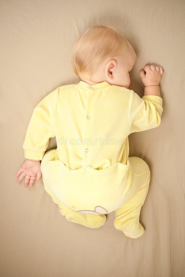 Sono bonito do bebê na cama fotografia de stock