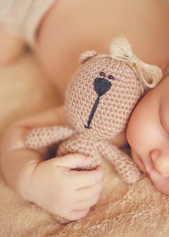 Sono calmo de um bebê recém-nascido fotografia de stock royalty free