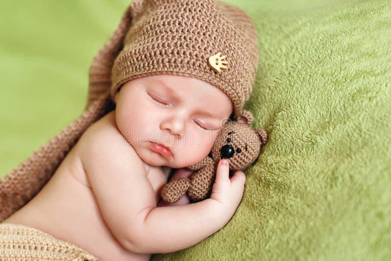 Sono calmo de um bebê recém-nascido imagem de stock royalty free