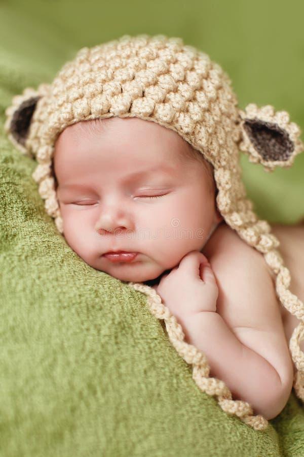 Sono calmo de um bebê recém-nascido imagens de stock