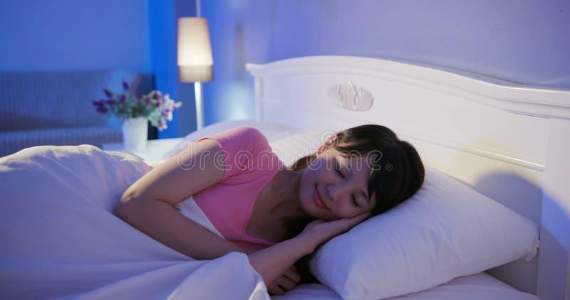 Sono da mulher na cama fotos de stock royalty free