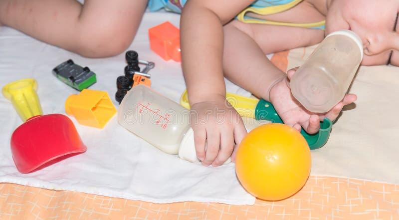 sono do bebê entre o brinquedo fotografia de stock royalty free