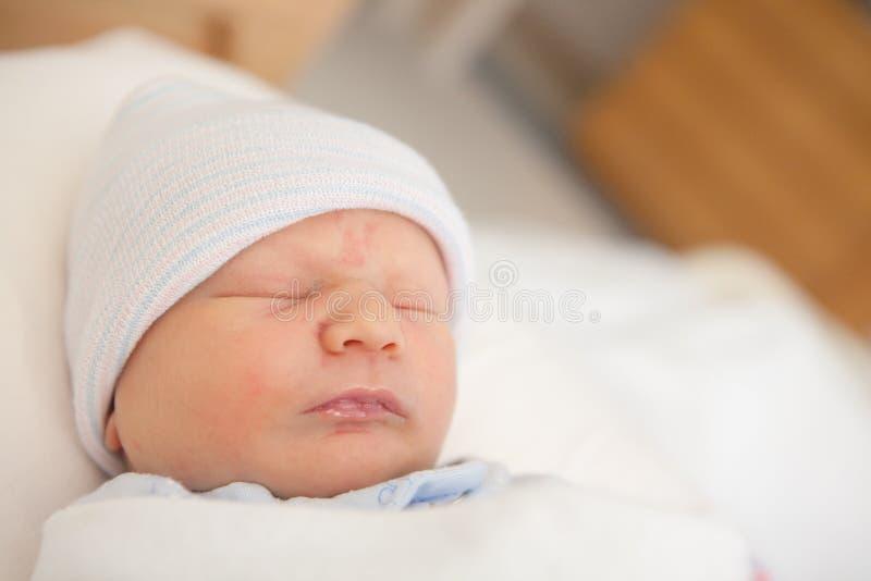 Sono doce do infante recém-nascido imagem de stock