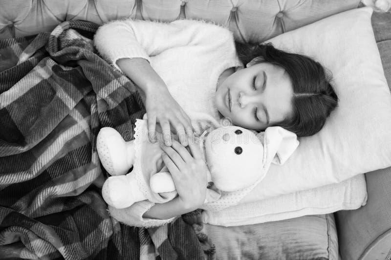 sono feliz da menina na cama Fam?lia e amor O dia das crian?as Bom dia Puericultura crian?a pequena da menina Sonhos doces fotografia de stock