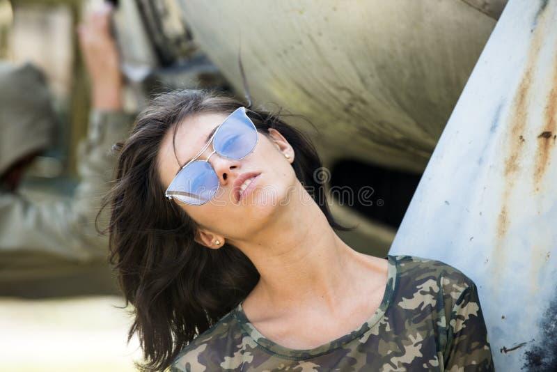 Sono libero di volare su La ragazza sexy indossa gli occhiali da sole alla moda il giorno di estate La donna sensuale gode delle  fotografia stock libera da diritti