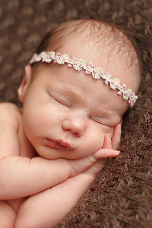 Sono macio do bebê recém-nascido na cobertura dos costureiros de lãs Cuidado humano puro da humanidade da fé do amor do valor imagens de stock
