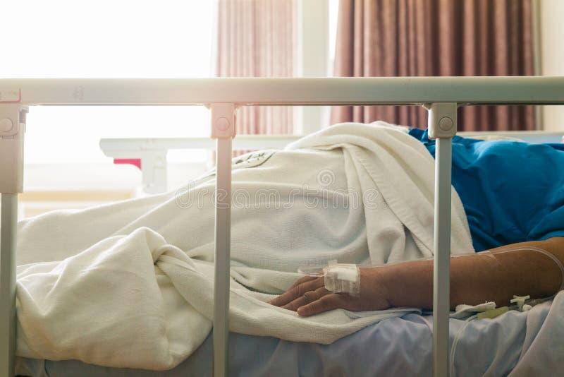 Sono paciente da mulher do close-up no hospital com intravenous salino foto de stock