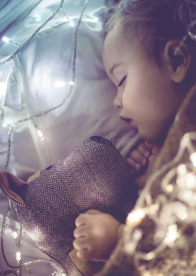 Sono pequeno bonito do bebê foto de stock