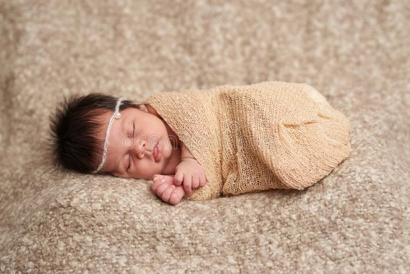 Sono pequeno do bebê no envoltório imagem de stock royalty free
