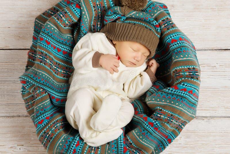 Sono recém-nascido do bebê na roupa de lãs, infante de sono bonito K foto de stock royalty free