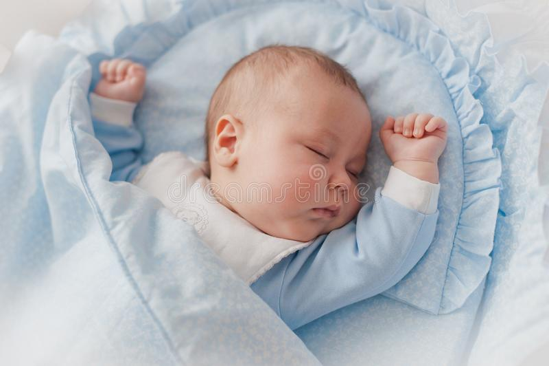 Sono repousante do ` s do bebê Bebê recém-nascido em uma ucha de madeira O bebê dorme no berço da cabeceira foto de stock