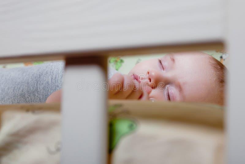 Sono repousante do ` s do bebê Bebê recém-nascido em uma ucha de madeira O bebê dorme no berço da cabeceira Cofre forte que vive  foto de stock