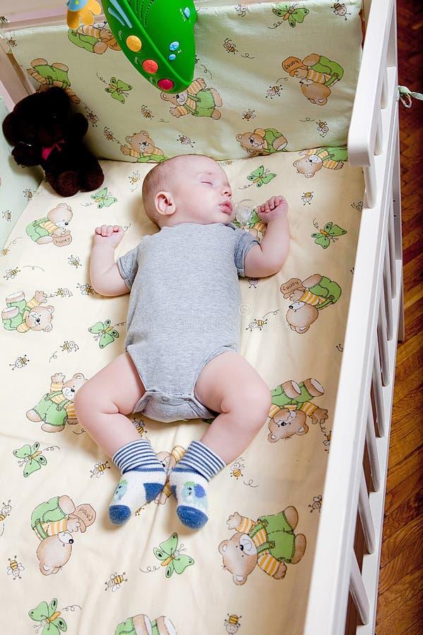 Sono repousante do ` s do bebê Bebê recém-nascido em uma ucha de madeira O bebê dorme no berço da cabeceira Cofre forte que vive  imagens de stock royalty free