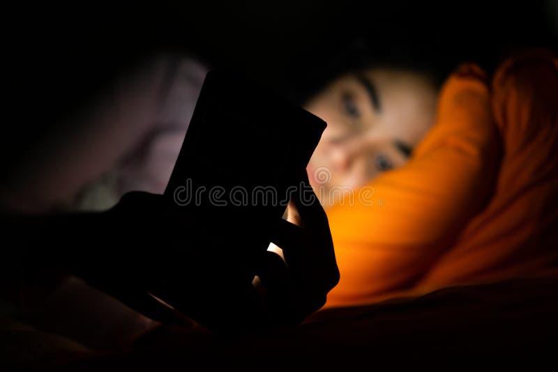 Sono, sleeplessness e telefones celulares imagens de stock royalty free