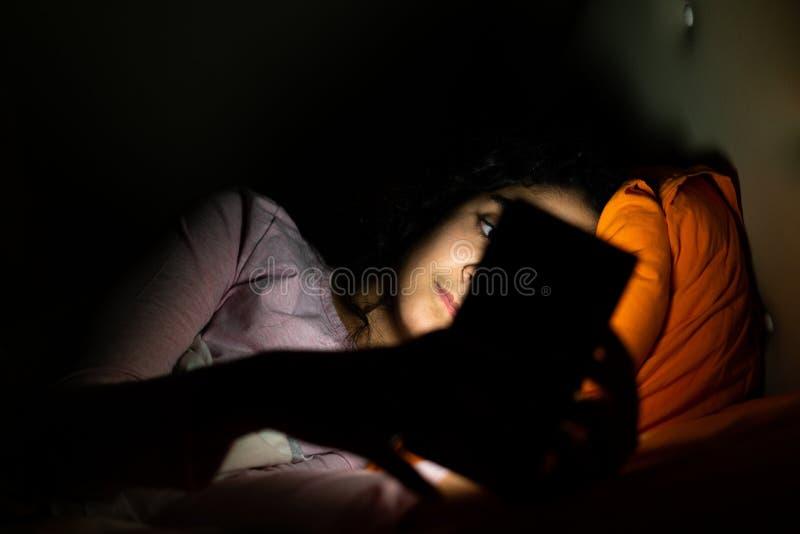 Sono, sleeplessness e telefones celulares foto de stock