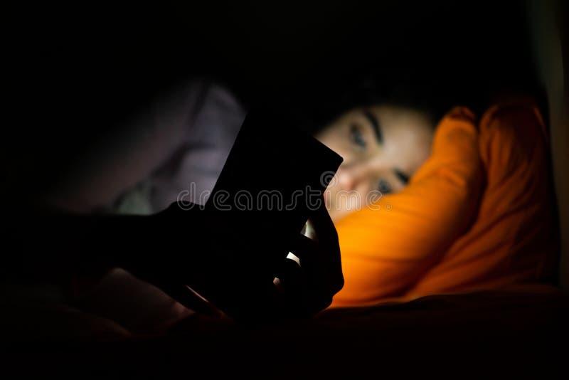 Sono, sleeplessness e telefones celulares fotos de stock