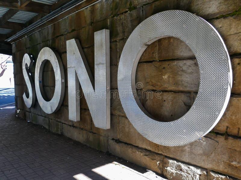 SONO-tecken på Washington St under järnvägbron royaltyfria bilder