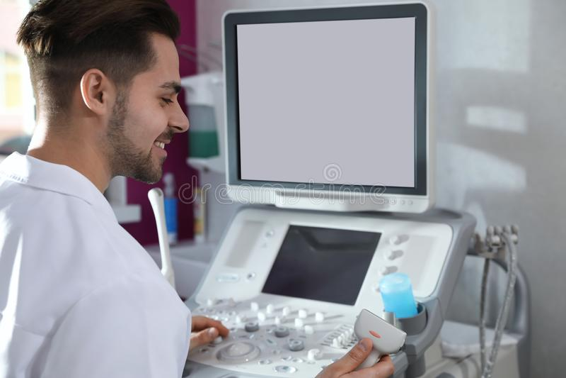Sonographer usando a m?quina moderna do ultrassom fotos de stock royalty free