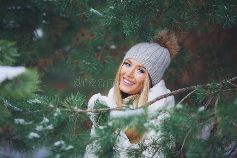 Sonriendo, chica joven feliz que camina en bosque del invierno fotos de archivo libres de regalías
