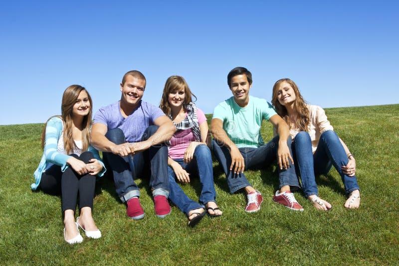 Sonriendo, grupo multirracial de adultos jovenes foto de archivo libre de regalías