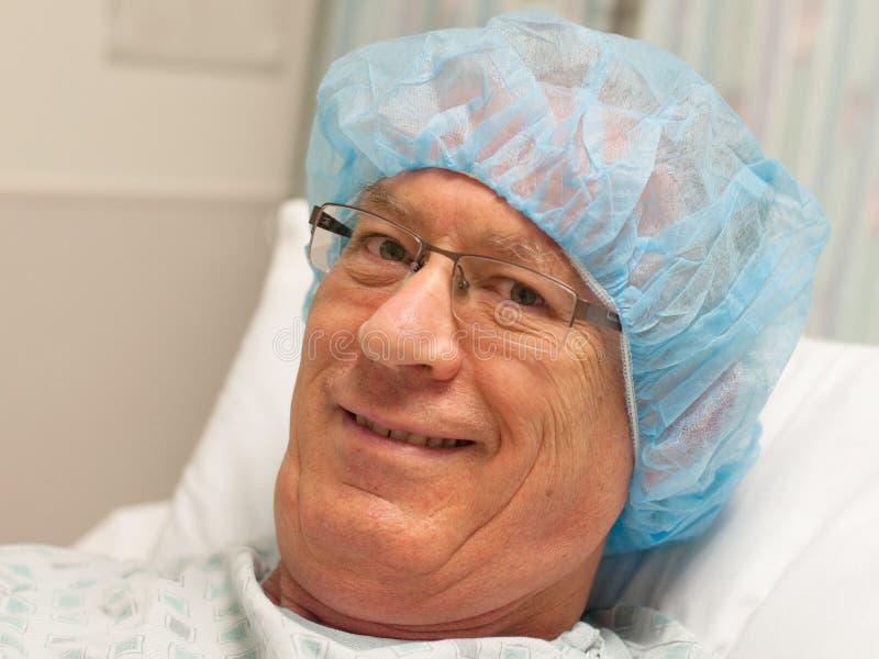 Sonriendo, madure al hombre caucásico listo para la cirugía. fotografía de archivo
