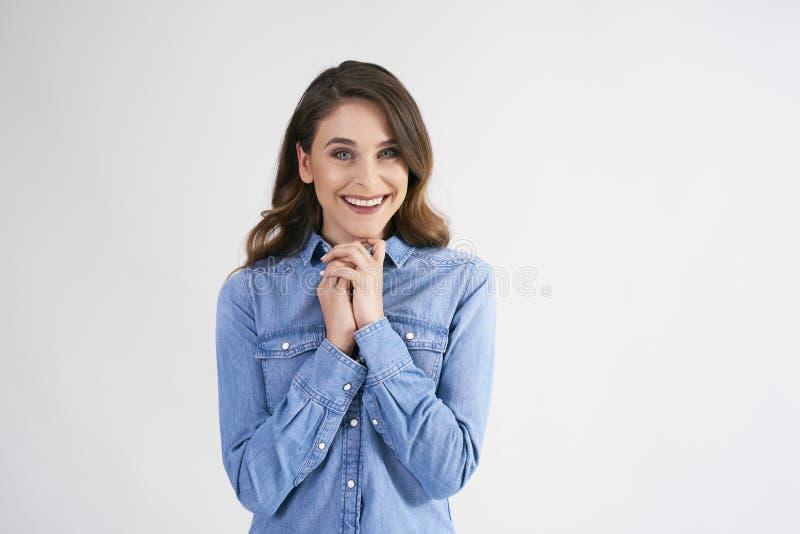 Sonriendo, mujer joven en tiro del estudio foto de archivo