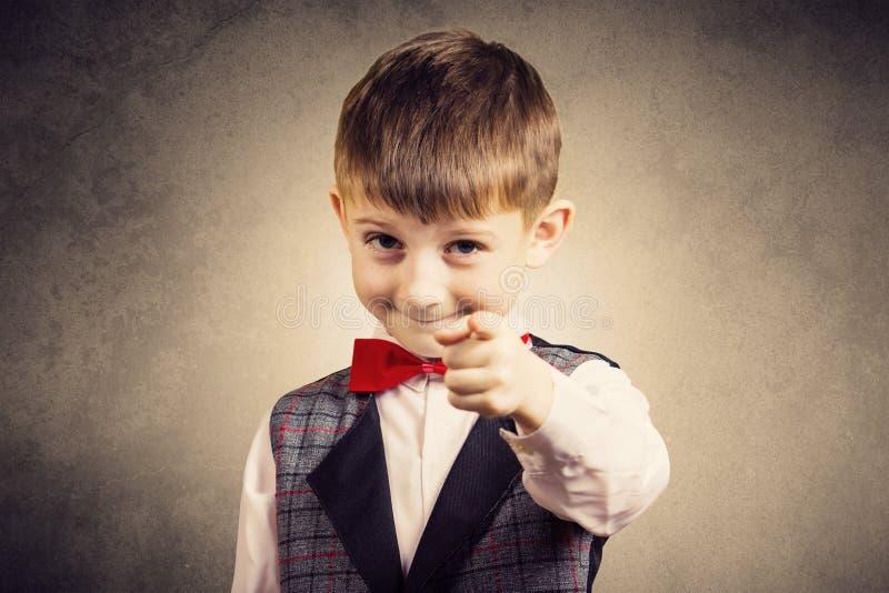 Sonriendo niño pequeño hermoso feliz, alegre, mirando la cámara Cl foto de archivo