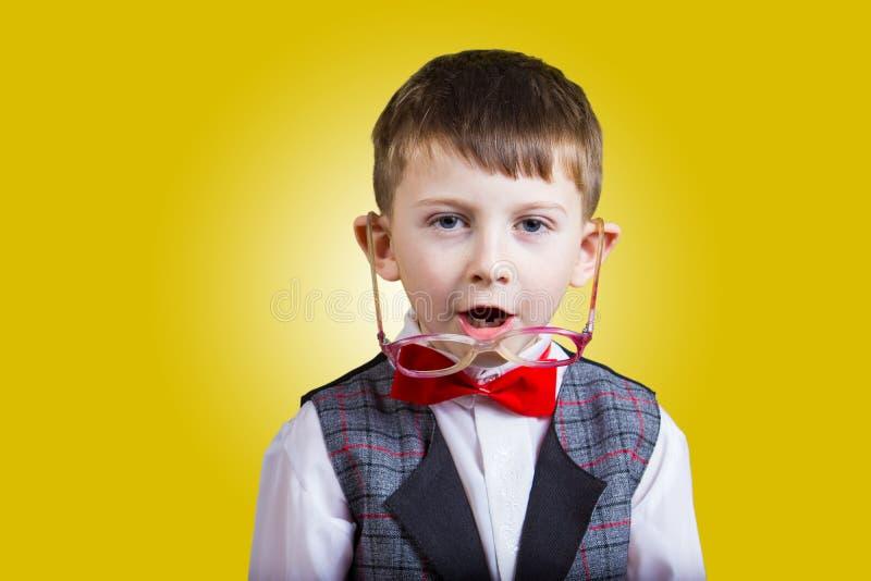 Sonriendo niño pequeño hermoso feliz, alegre, mirando la cámara Cl foto de archivo libre de regalías