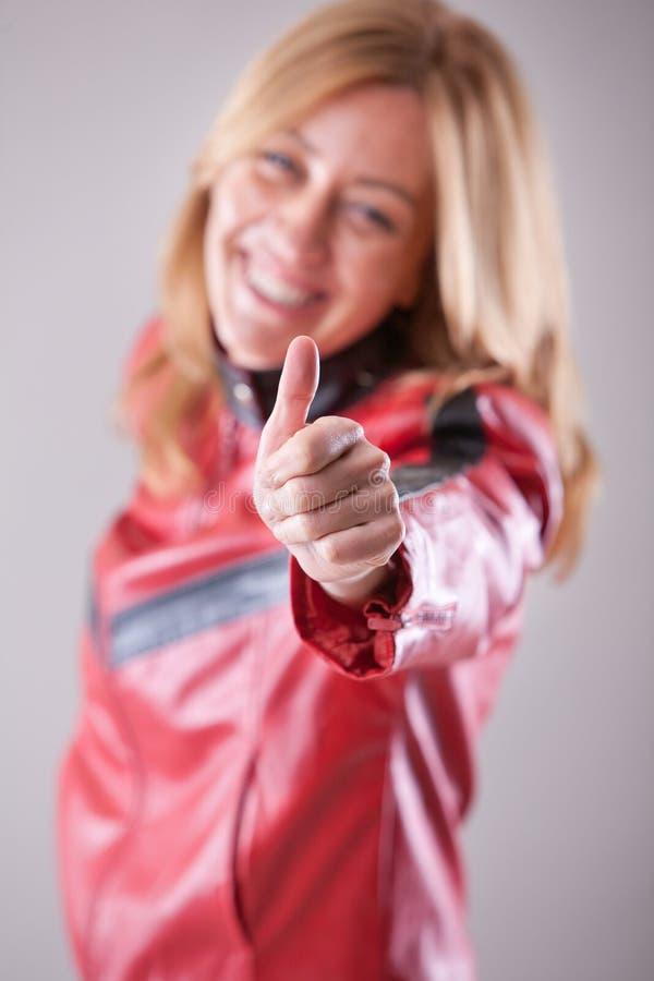 Sonrisa aceptable de la mujer feliz acertada foto de archivo