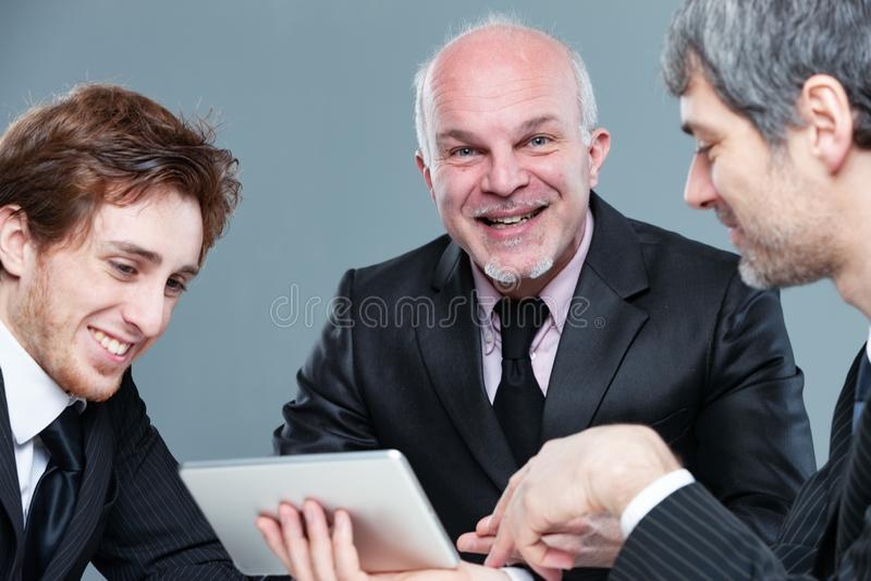 Sonrisa acertada feliz del equipo del negocio imagenes de archivo