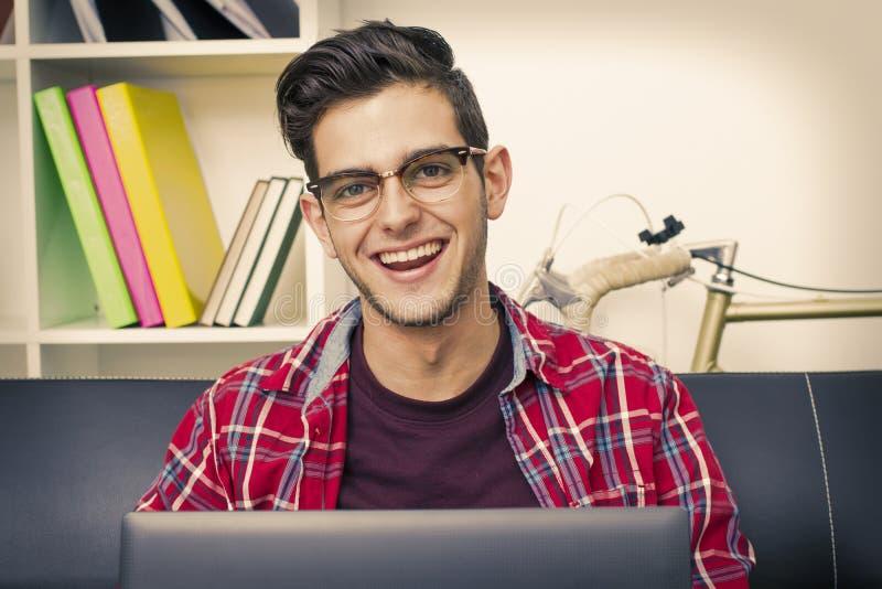 Sonrisa adolescente con el primer del ordenador portátil foto de archivo