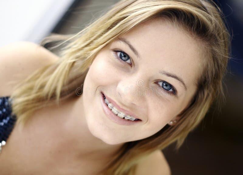 Sonrisa adolescente con las paréntesis imagen de archivo libre de regalías