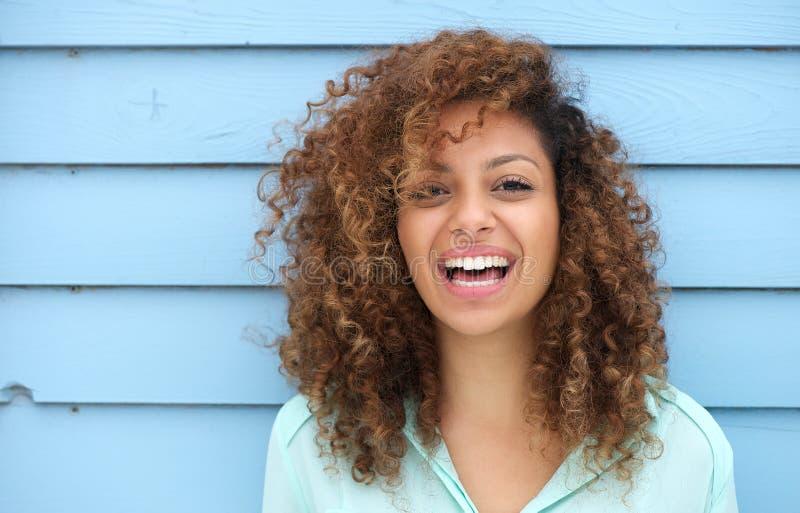 Sonrisa africana joven alegre de la mujer fotos de archivo libres de regalías