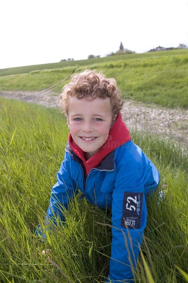Sonrisa al aire libre del niño imagenes de archivo
