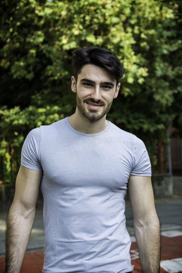Sonrisa al aire libre hermosa del hombre joven fotos de archivo libres de regalías