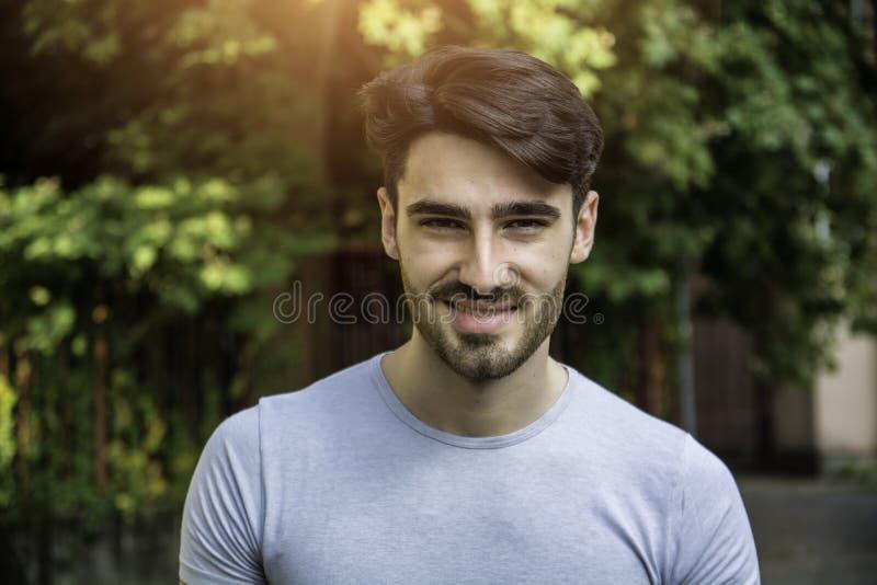 Sonrisa al aire libre hermosa del hombre joven imagen de archivo