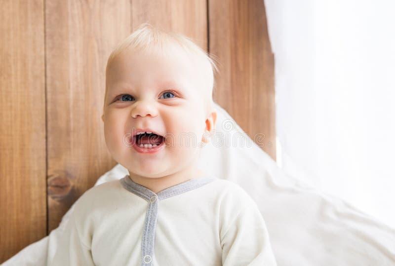 Sonrisa alegre del niño fotos de archivo